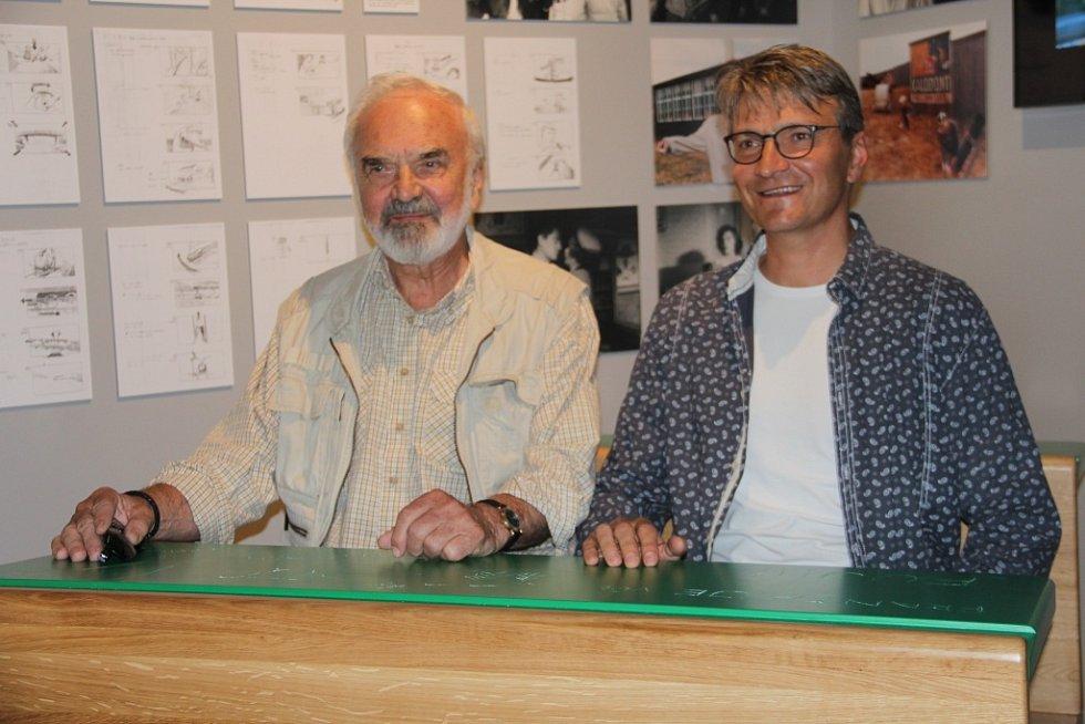 Otec Zdeněk a syn Jan Svěrákovi usedli v muzeu svých filmů v Čechách pod Kosířem do lavice ze snímku Obecná škola.