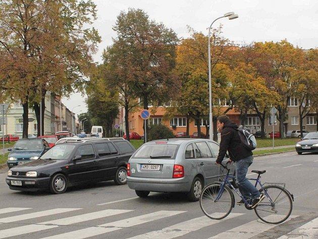 Vsouvislosti suzavírkou Olomoucké ulice, která začala ve čtvrtek a potrvá do neděle, se dostávali do potíží zejména řidiči na náměstí Padlých hrdinů při výjezdu zČeskobratrské na Vrahovickou. Právě zde totiž končí východní trasa objížďky.