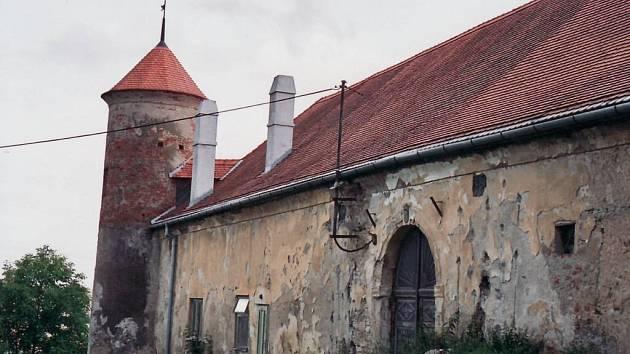 Opuštěný zámek ve Ptení čeká na rekonstrukci už léta.
