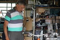 Václav Kýba - Bývalému trenérovi cyklistů a nyní opraváři se občas do ruky dostane i zajímavý kousek. Ve své dílně ve větrném mlýnu pracoval i na kole Romana Kreuzigera.