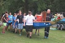 Školáci brázdili plumlovskou přehradu na dračích lodích.