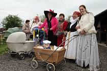 Do průvodu se zapojili jezdci na historických kolech i maminky se starodávnými kočárky