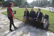 Zástupci města a zhotovitele, firmy Full CapaCity, představili u prostějovského hlavního nádraží novou lavičku. Nabijete si v ní telefon, dostanete se i na internet.