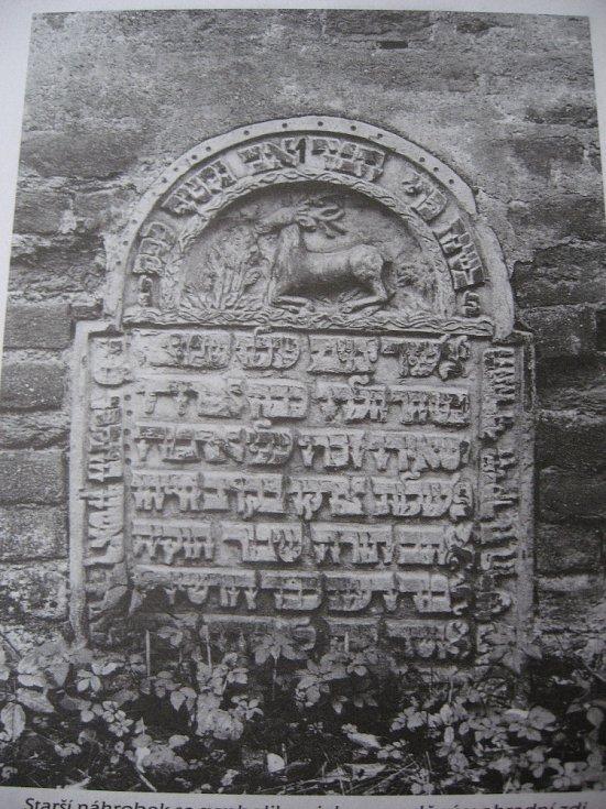 Starší náhrobek zazděný v ohradní zdi starého hřbitova