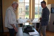 Zdeněk a Jan Svěrákovi obdivují starý psací stroj, na němž Zdeněk Svěrák roky psával.