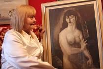 Libuše Doleželová s obrazem, který namaloval její manžel Alois Doležel