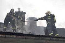 Hasiči v pátek zasahovali při požáru půdy jednoho z domů na Žižkově náměstí v Prostějově.