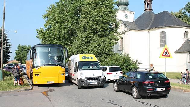 Neprojdou. Ranní dopravní špička je před olšanskou školou hodně hustá.