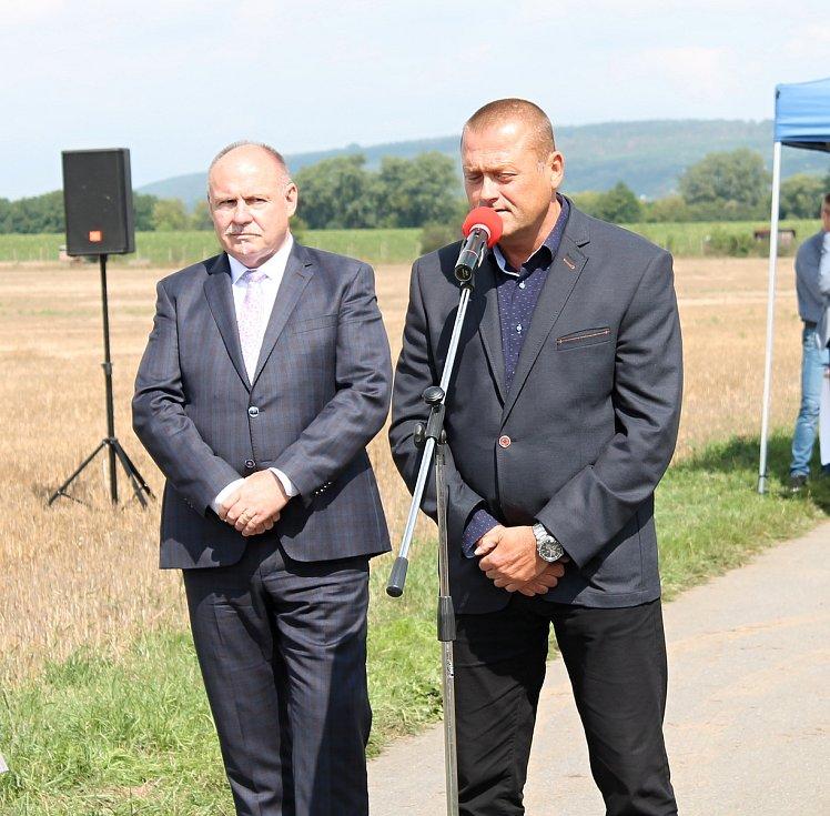 V úterý 13. srpna 2019 byla zahájena stavba severního obchvatu Prostějova. Hejtman Olomouckého kraje Ladislav Okleštěk (vlevo) a náměstek primátora Prostějova Jiří Pospíšil