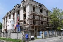 Budova zemědělských skladů se mění na bytový dům.