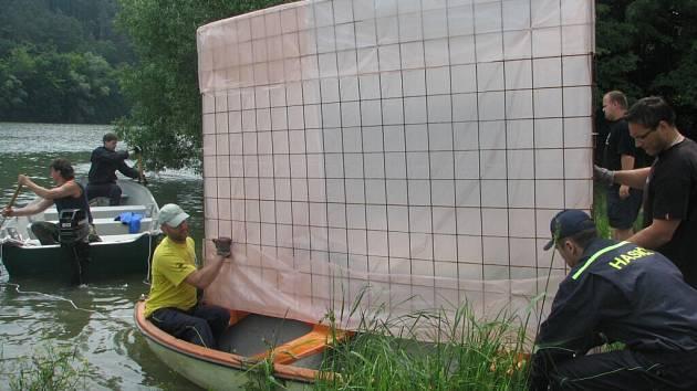 Klece testují sinice v přehradě.