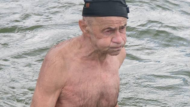 Dvaaosmdesátiletý Dušan Vězeňský uplaval na plumlovské přehradě úctyhodný jeden kilometr.