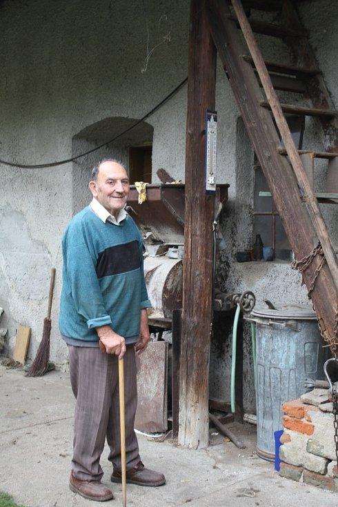 Josef Vymola měří teploty a srážky od roku 1974