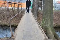 Náměstek primátora Jiří Pospíšil při obhlídce mostku přes Hloučelu, který spojuje lokalitu Hybešovy ulice s Říční a obchodní zónou v místě hobbymarketu OBI