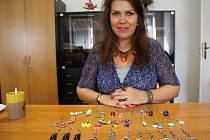 Prostějovská výtvarnice a fotografka Zdeňka Trnečková vyrobila na Kabelkový veletrh přívěsky na kabelky.