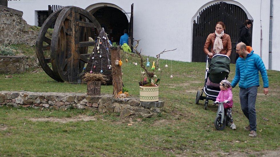 Velikonočně vyzdobené nádvoří plumlovského zámku - 2. 4. 2021