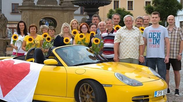 MĚSTO JAKO PORSCHE? Žlutý kabriolet značky Porsche si vybrali za symbol své kampaně Nezávislí v Mohelnici a vzbudili tím velký rozruch. Sportovní vůz doplnili heslem I z Mohelnice uděláme dobrou značku.