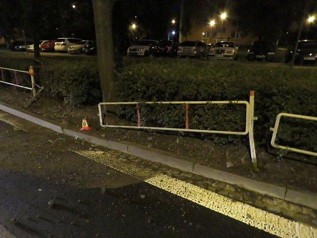 Podnapilý muž se svým autem havaroval vDolní ulici. Nehodu hlásit nechtěl, kjeho smůle však místem zrovna projížděla policie.