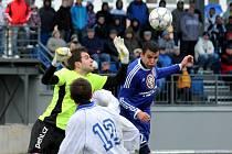 1. FK Prostějov (v modrém) vs. FC MSA Dolní Benešov - Jedno z nejčastějších setkání zápasu – Michal Pospíšil a brankář Dolního Benešova Petr Hlaváček.