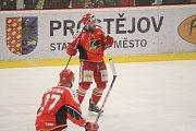 Prostějov (v červeném) podlehl v šestém čtvrtfinálovém utkání Kladnu 3:4 v prodloužení