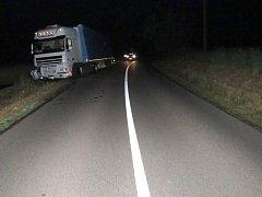 Nehoda kamionu mezi Nezamyslicemi a Doloplazy