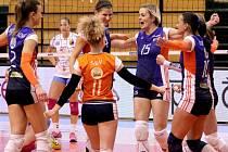 Volejbalistky Prostějova (bílo-modré dresy) v extraligovém derby proti Olomouci