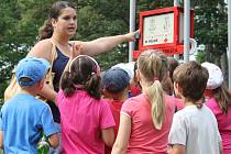 Speciální stojan s hodinami a bezpečnostním hlásičem u dětského hřiště v Kolářových sadech v Prostějově