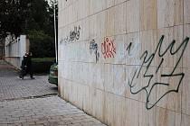 Počmáraná boční zeď Kaska