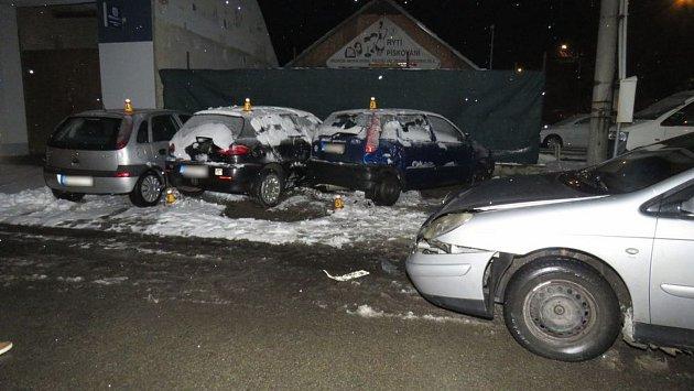 Řidič v opilosti naboural do auta a začal dominový efekt