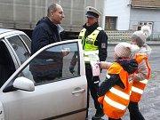 Hodným čokoládu, zlobivým uhlí. Řidiče za jízdní projev i stav auta ve středu odměňovaly děti.