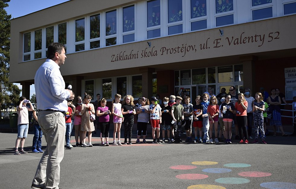 """Před prostějovskou školou E. Valenty """"pokřtili"""" novou knihobudku"""