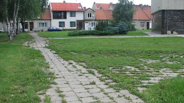 Některé vrahovické chodníky už nejsou příliš vidět.