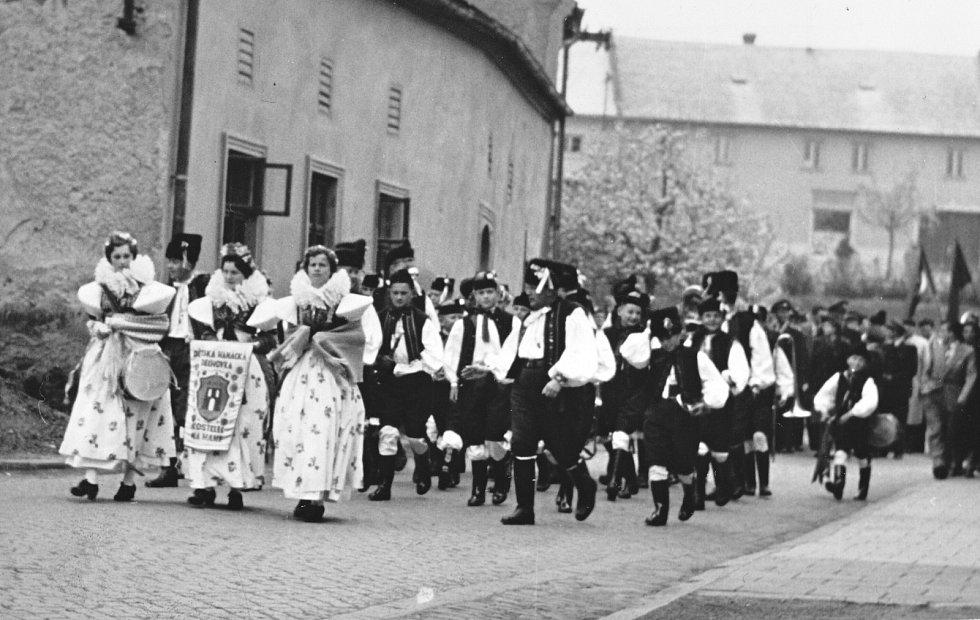 5. Prvomájové oslavy se konaly i ve větších okolních obcích. Na snímku jsou členové národopisných souborů vKostelci na Hané účastnící se průvodu v roce 1960.