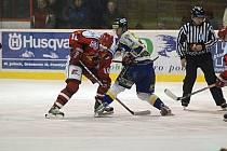 Hokejové derby mezi Prostějovem a Šumperkem moc herní krásy nenabídlo, zato úporných osobních soubojů viděli fanoušci nepočítaně.