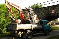 Nehoda v Prostějově - Vrahovicích. Řidič nákladního vozu neodhadl výšku svého nákladu nebo zapomněl, jaký veze. Odneslo to rypadlo