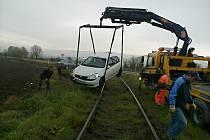 Následky nehody pana Kudličky na přejezdu přes silnici z Prostějova do Kostelce