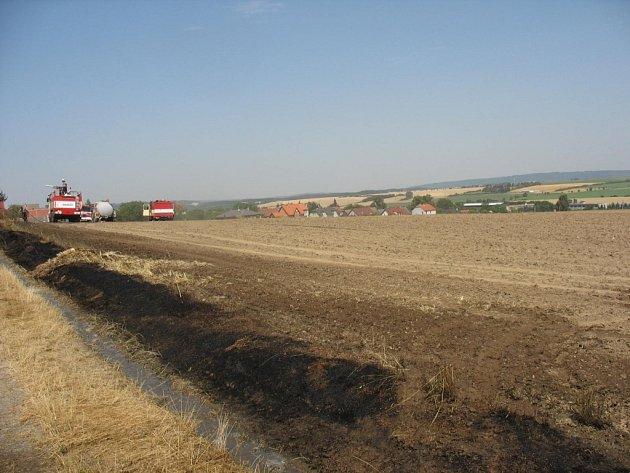 Požár pole a zahrady u Vícova