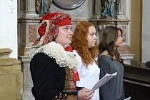 Studenti prostějovské Střední odborné školy podnikání a obchodu provádějí zájemce o historii a památky kostelem Povýšení svatého kříže.