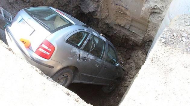 Dvaatřicetiletá řidička skončila v Určicích ve výkopu. 16.4.19