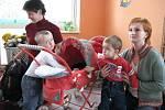 Děti s rodiči při zápisu do mateřské školy.