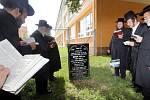 Zbožní muži z USA, Británie, Izraele, Rakouska a České republiky na místě starého židovského hřbitova v Prostějově