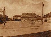 Na snímku vidíme uprostřed náměstí kříž, který dnes stojí na rohu Komenského a Kostelní ulice.