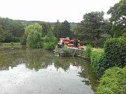 Hasiči utěsnili stavidla na rybníku v Čechách pod Kosířem