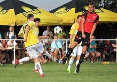 Fotbalisté Kostelce (v červeném) prohráli s Čechovicemi po penaltách.