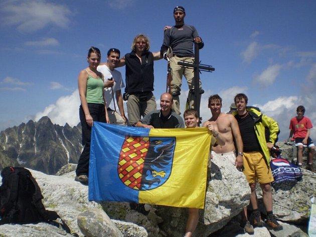 Členové Adrenalinsport klubu Prostějov na vrcholu Slavkovského štítu ve Vysokých Tatrách.