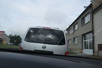 Ženě na auto za jízdy spadl neznámý předmět. A poničil sklo.