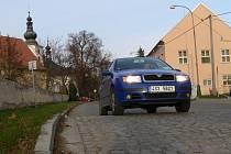 Ze začátku, když byl v Olšanech umístěn práh na silnici, se podle svědectví místních lidí velmi často ozývalo drhnutí podvozků aut o dlažební kostky.