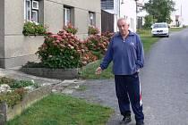 Panu Derkovi vadí, když auta jezdí po trávníku před jeho domem. Na obci pak argumentují tím, že onen pruh trávníku je obecním majetkem.