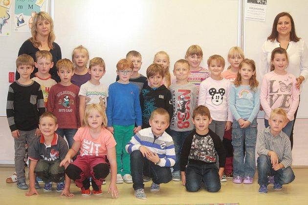 Žáci 1.třídy ze ZŠ Protivanov a paní učitelkou Zdenkou Pavlů (vpravo) a asistentkou pedagoga paní Zitou Geršlovou