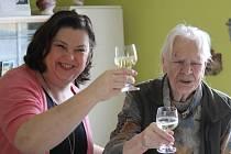 104 let slaví Anastázie Pospíšilová. Popřát jí přišla starostka Držovic.